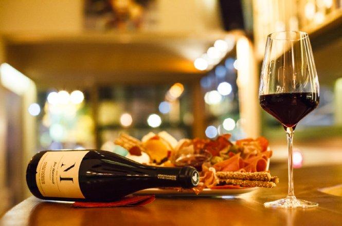 15€ από 30€ για οινογνωσία 2 ατόμων με κρασί και πλατό τυριών και αλλαντικών στο Vineyard Wine Cocktail Bar στο Χαλάνδρι. Ένα καλό μπουκάλι κρασί μαζί με καλή συντροφιά δεν μπορεί να συγκριθεί με τίποτα και θα δοκιμάσετε μοναδικές ετικέτες σε έναν πολύ ζεστό χώρο!
