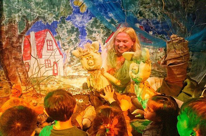 5€ από 8€ για είσοδο ενός (1) ατόμου στο μουσικό κουκλοθέατρο Τα Τρία Γουρουνάκια, στο Αυλαία Summer Playland, στο χώρο του Σ.Ε.Φ στο Φάληρο. Μιούζικαλ σε μουσική Πλάτωνα Ανδριτσάκη, για παιδιά 2.5-5.5 ετών με ηθοποιούς, κούκλες και ενεργή συμμετοχή των παιδιών. εικόνα