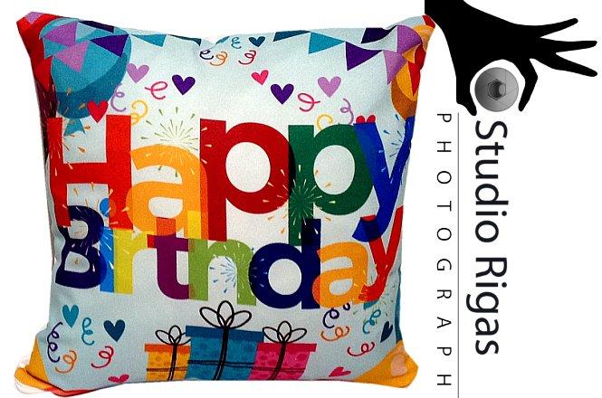 """26€ δίχρωμο μαξιλάρι 35x35cm με λευκό το μπροστινό μέρος για να τυπώσετε το σχέδιο ή τη φωτογραφία που θέλετε με τη μέθοδο dye-sublimation και στη πίσω όψη είναι τυπωμένο """"Happy Birthday"""",στο Studio Rigas στην Πεύκη. Υπέροχο δώρο για τα αγαπημένα σας πρόσωπα με εξαιρετική εκτύπωση και ζωντανά χρώματα!!"""