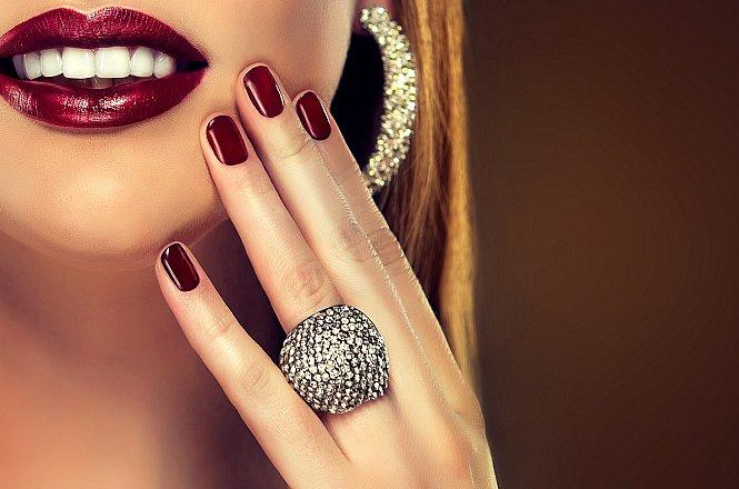 """6€ για ολοκληρωμένο απλό ή ημιμόνιμο manicure με nail glitter και στρας, από το """"Άλκηστη Nail Perfection"""", πλησίον μετρό Νέου Κόσμου."""